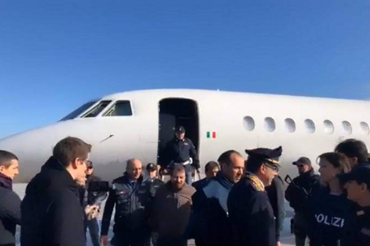 Salvini a Ciampino ad accogliere Cesare Battisti, il terrorista comunista assassino che dovrà marcire in galera
