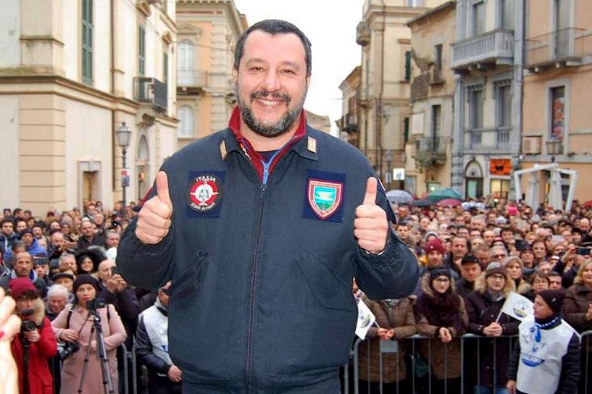 Salvini, il ministro perennemente mascherato da poliziotto, assolve i colleghi per la morte di un immigrato durante un arresto