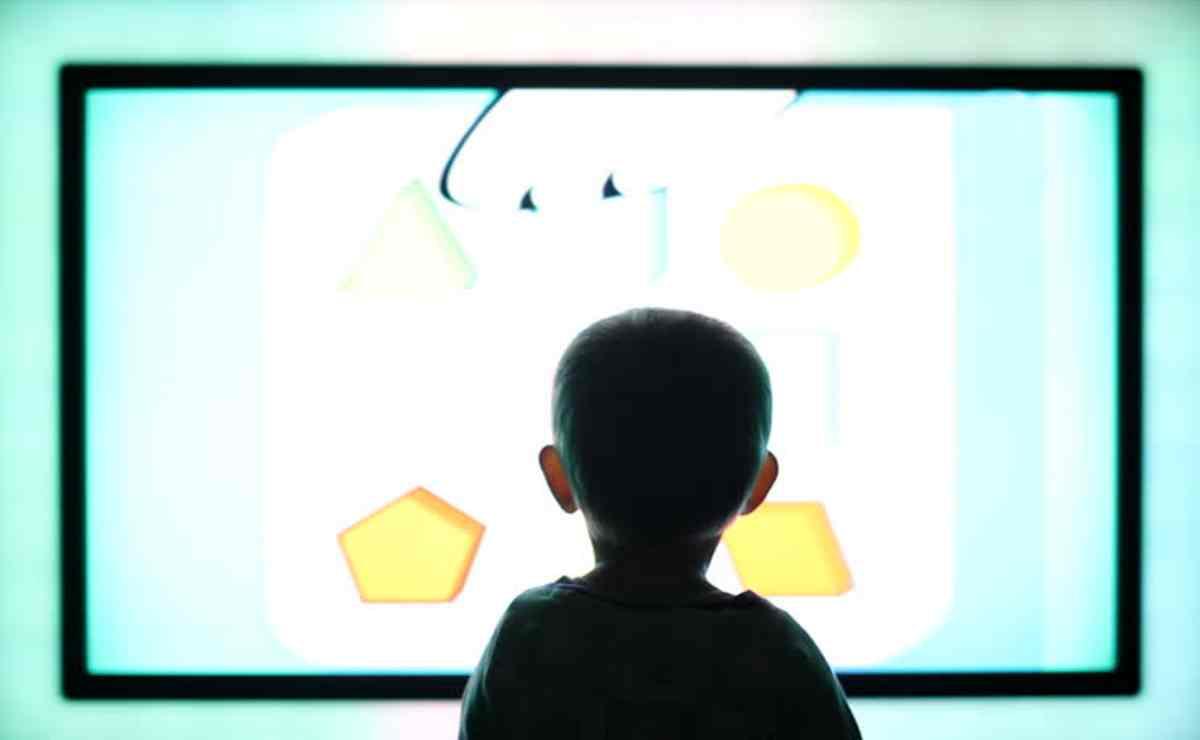 OMS: non lasciare i bambibi piccoli davanti ad uno schermo