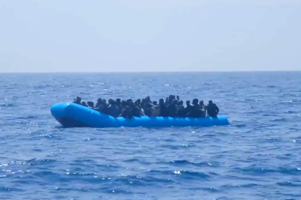 La Alan Kurdi, con 64 naufraghi a bordo, attende che le venga comunicato un porto sicuro