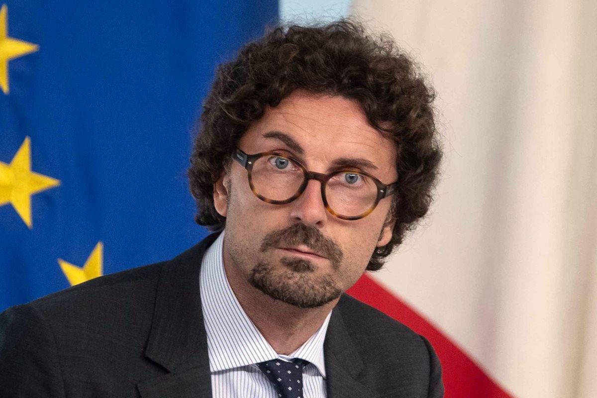 Il sempre più imbarazzante Toninelli continua a sbagliare i conti... su Alitalia e sui migranti