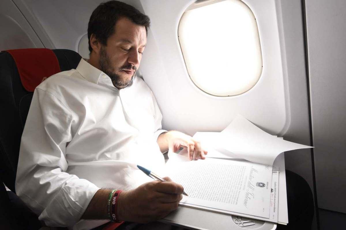Salvini fa campagna elettorale spostandosi su due aerei di Stato acquistati per la sorveglianza delle frontiere e il contrasto al fenomeno dell'immigrazione clandestina