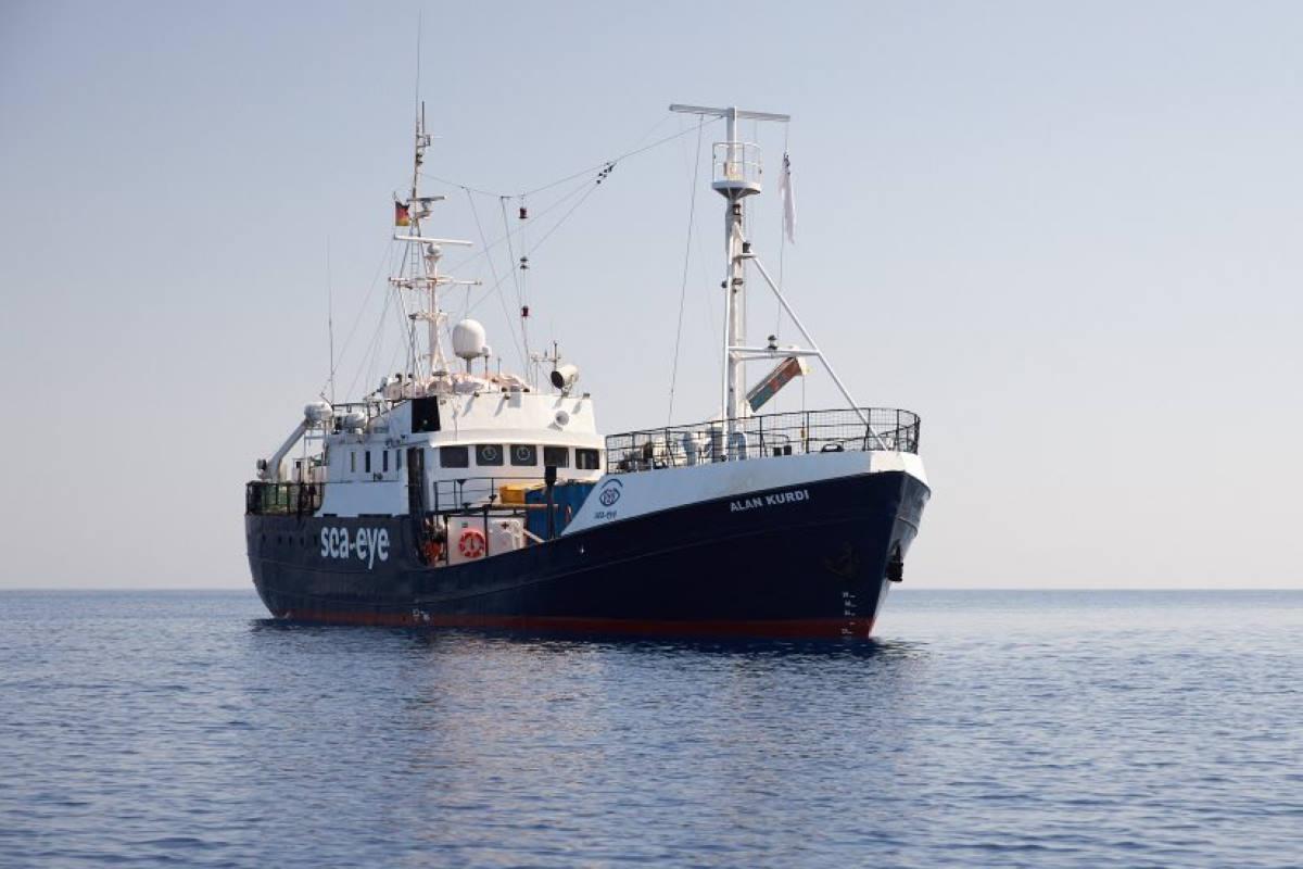La Alan Kurdi salva 40 migranti e chiede l'assegnazione di un porto sicuro: Lampedusa è il più vicino