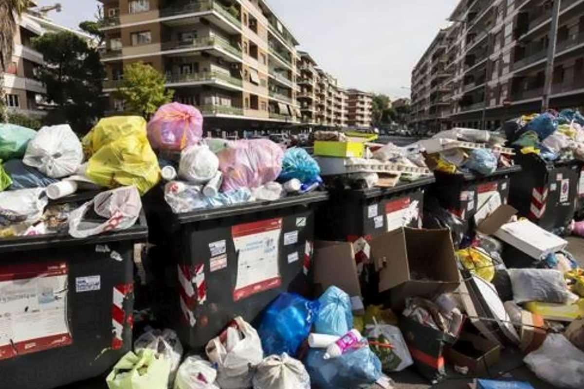 Zingaretti: Roma ripulita dall'immondizia in 7 giorni. Raggi: sia serio