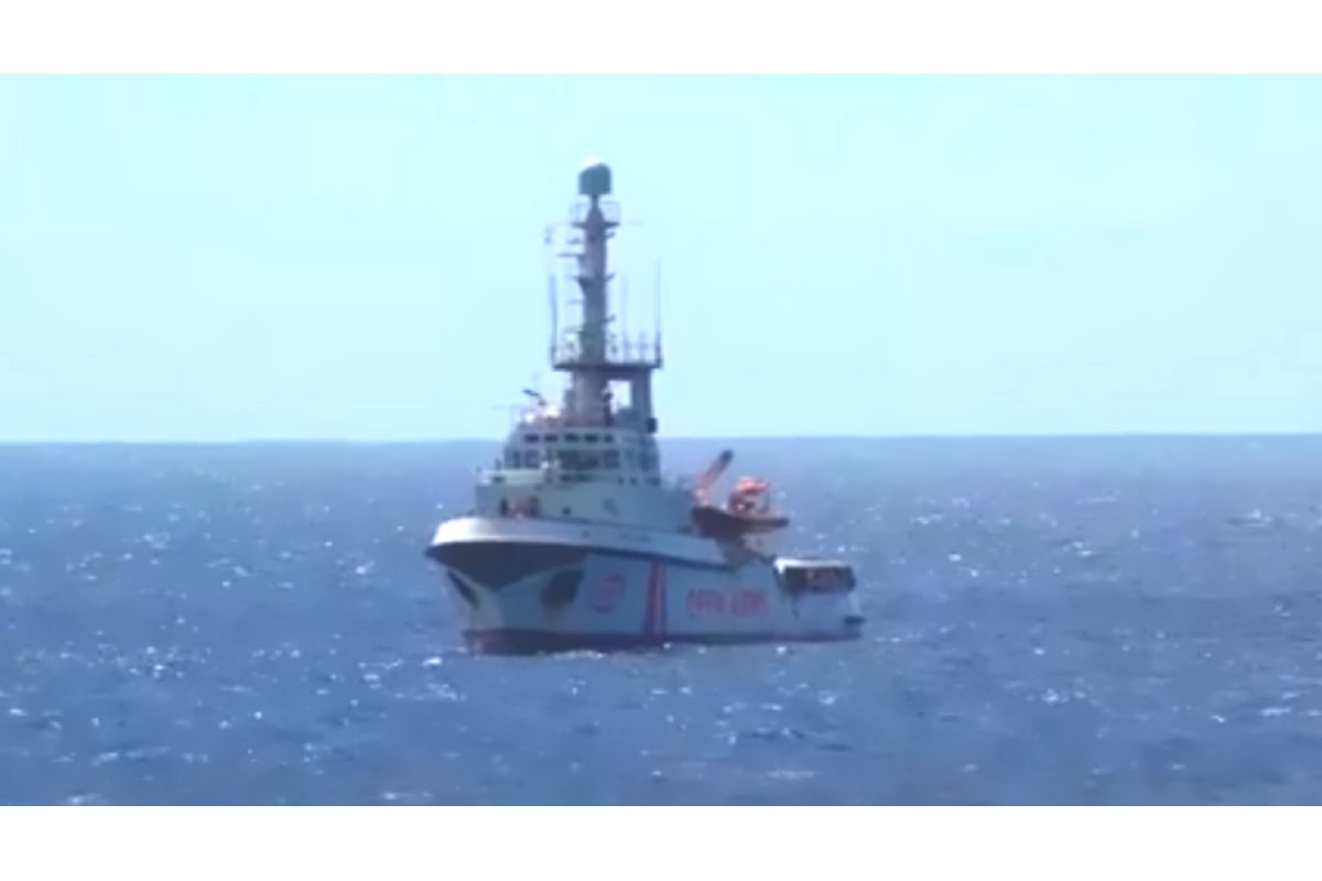 La Open Arms davanti Lampedusa, in attesa di entrare in porto