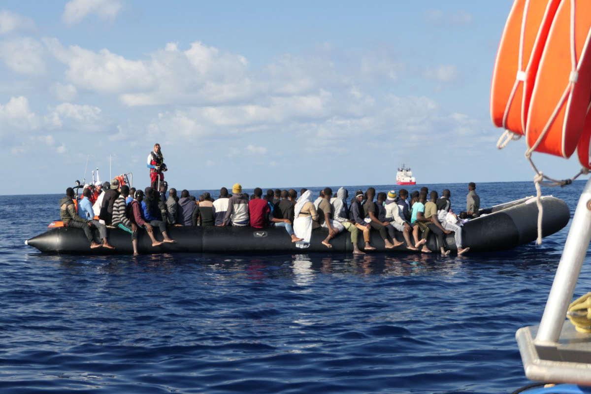 Nuovo salvataggio della Ocean Viking, proseguono gli sbarchi a Lampedusa e si registrano