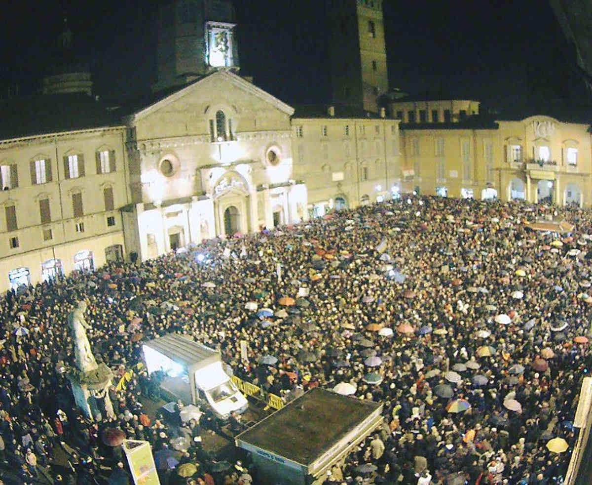 Le sardine pensanti riempiono le piazze di Perugia e Reggio Emilia