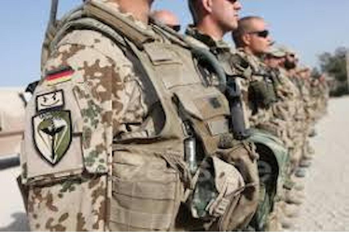 Germania, militare tedesco rifiuta di stringere la mano alle colleghe: congedato