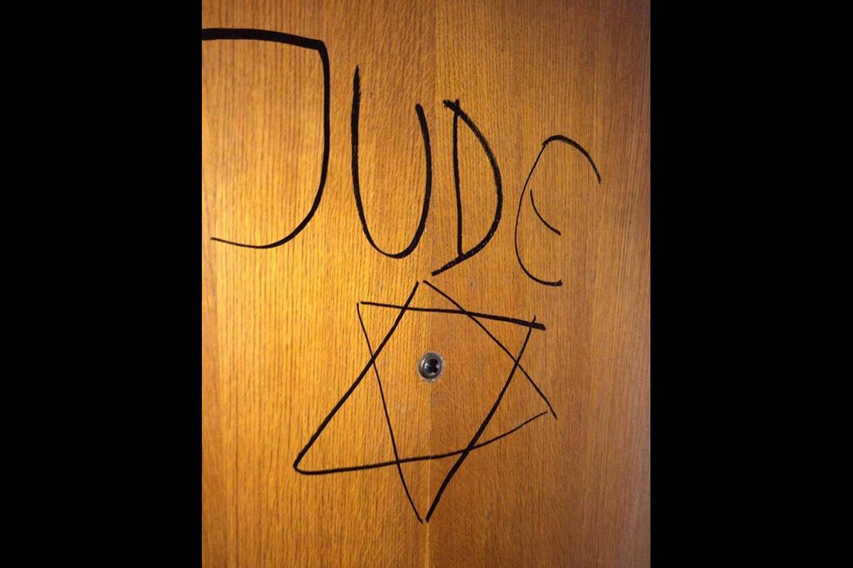 Ennesimo caso di antisemitismo in Piemonte: Jude scritto sulla porta di casa