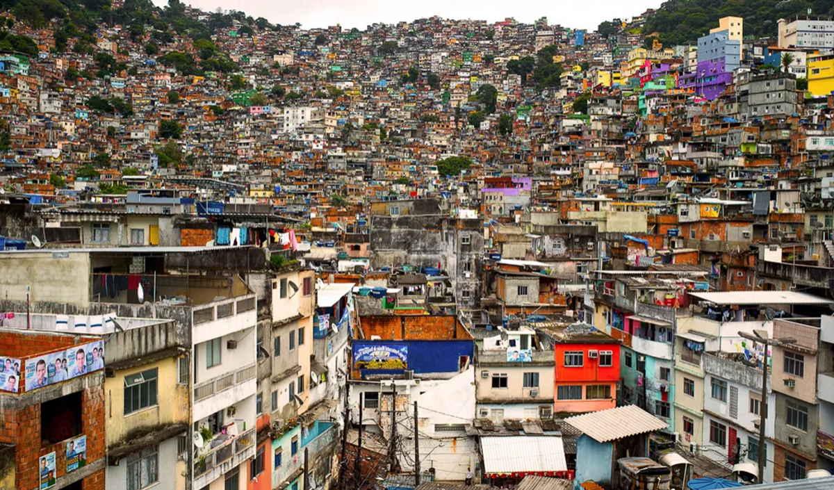 Il ruolo fondamentale dei preti di strada per combattere la Covid a San Paolo del Brasile dove la gente si ammassa ancora sui mezzi pubblici