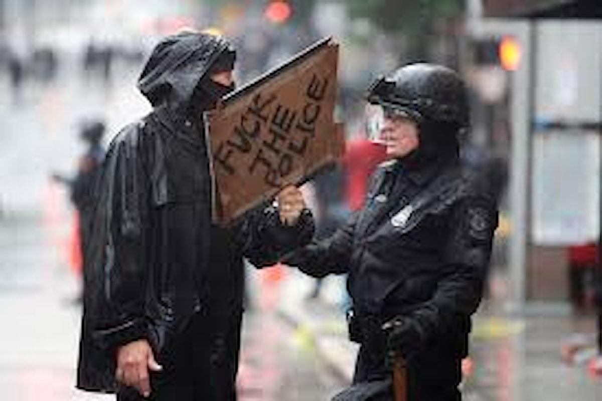 Continuano gli episodi di violenza in America: in una manifestazione di protesta per la morte di George Floyd, alcuni agenti picchiano con calci e pugni un dimostrante bloccato a terra