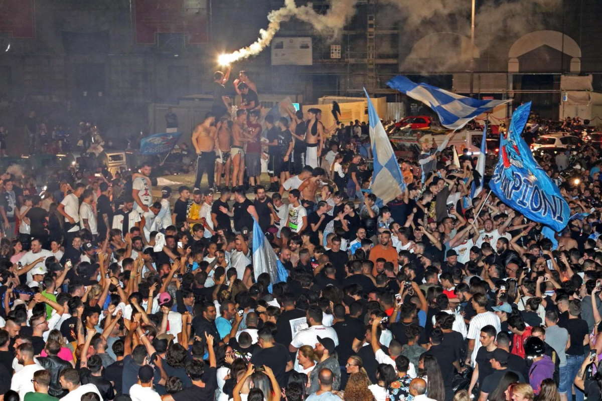 Assembramenti dei tifosi in Campania dopo la vittoria del Napoli. Salvini: loro sì e io no?