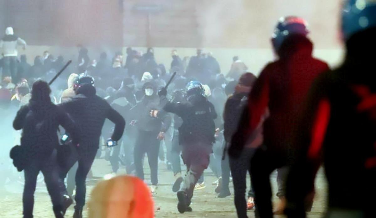 Disordini e proteste a Roma dopo la mezzanotte allo scattare del coprifuoco
