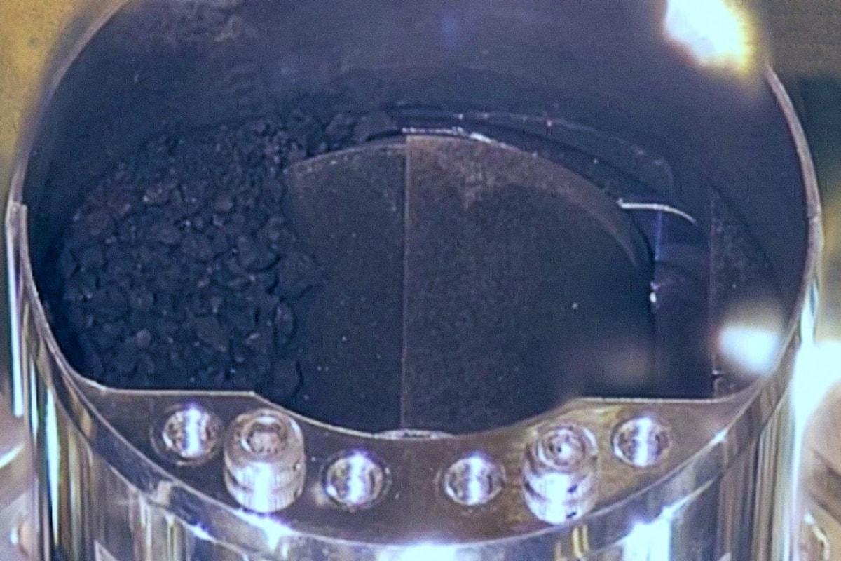 Aperto il contenitore rilasciato a terra dalla sonda Hayabuse con i campioni prelevati dall'asteroide Ryugu