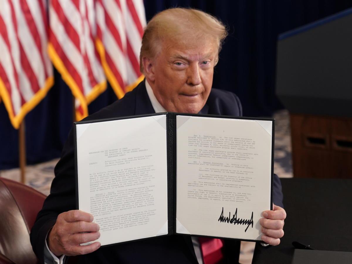 Trump capitola e firma le legge con le misure di ristoro per le famiglie danneggiate dalla pandemia