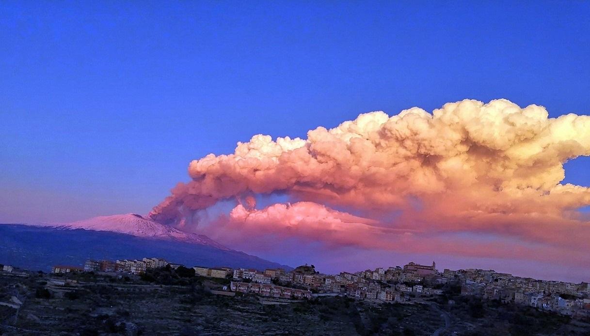 Eruzione dell'Etna, dal vulcano lava e un'alta colonna fumo