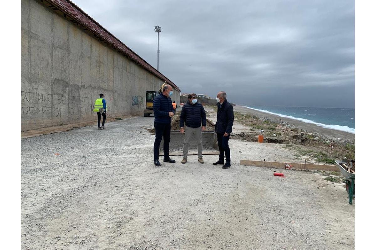 """Milazzo (ME) - Iniziati i lavori per realizzare la strada retrostante lo stadio """"Salmeri"""""""