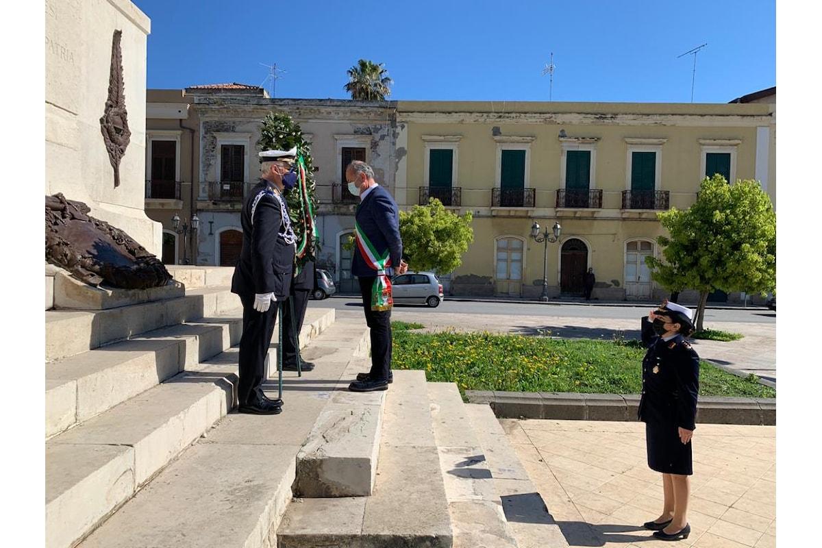 Milazzo (ME) - 25 Aprile, Sindaco depone corona d'alloro sul Monumento ai Caduti
