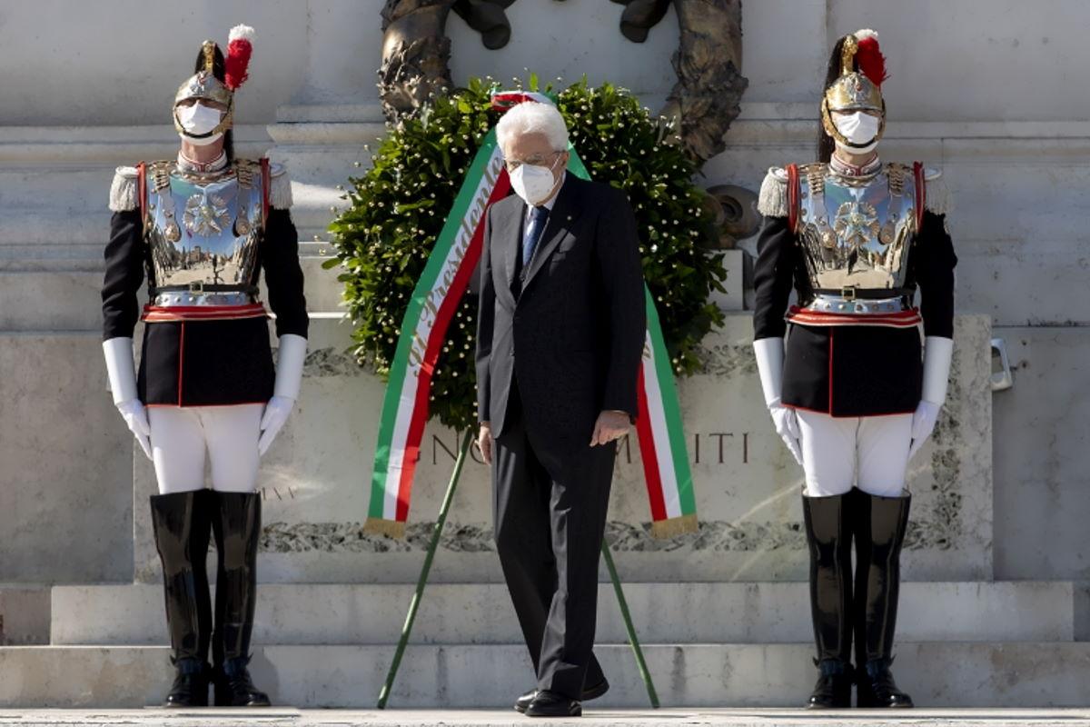 25 Aprile: Mattarella a sorpresa in piazza Venezia rende omaggio ai caduti