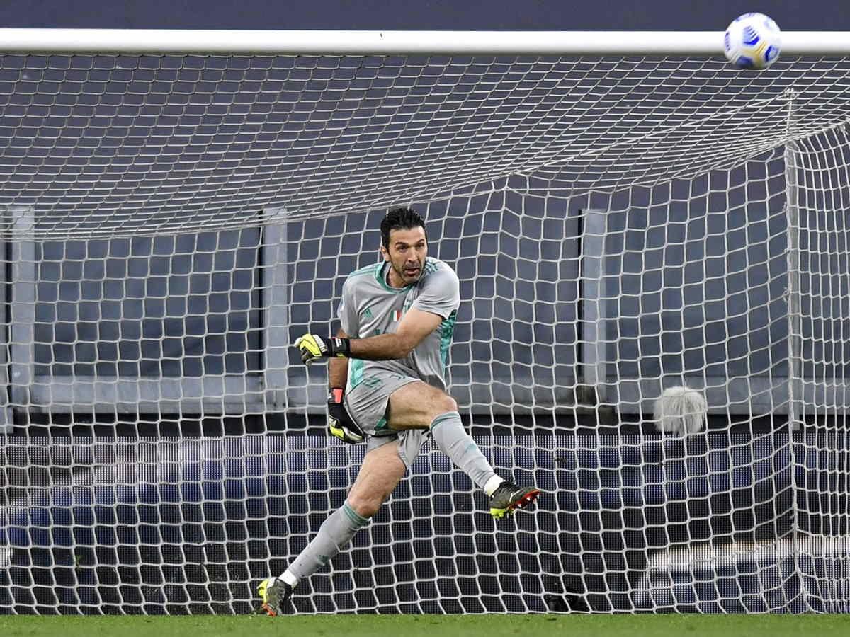 Buffon ufficializza l'addio alla Juventus (certo) e al calcio (probabile)