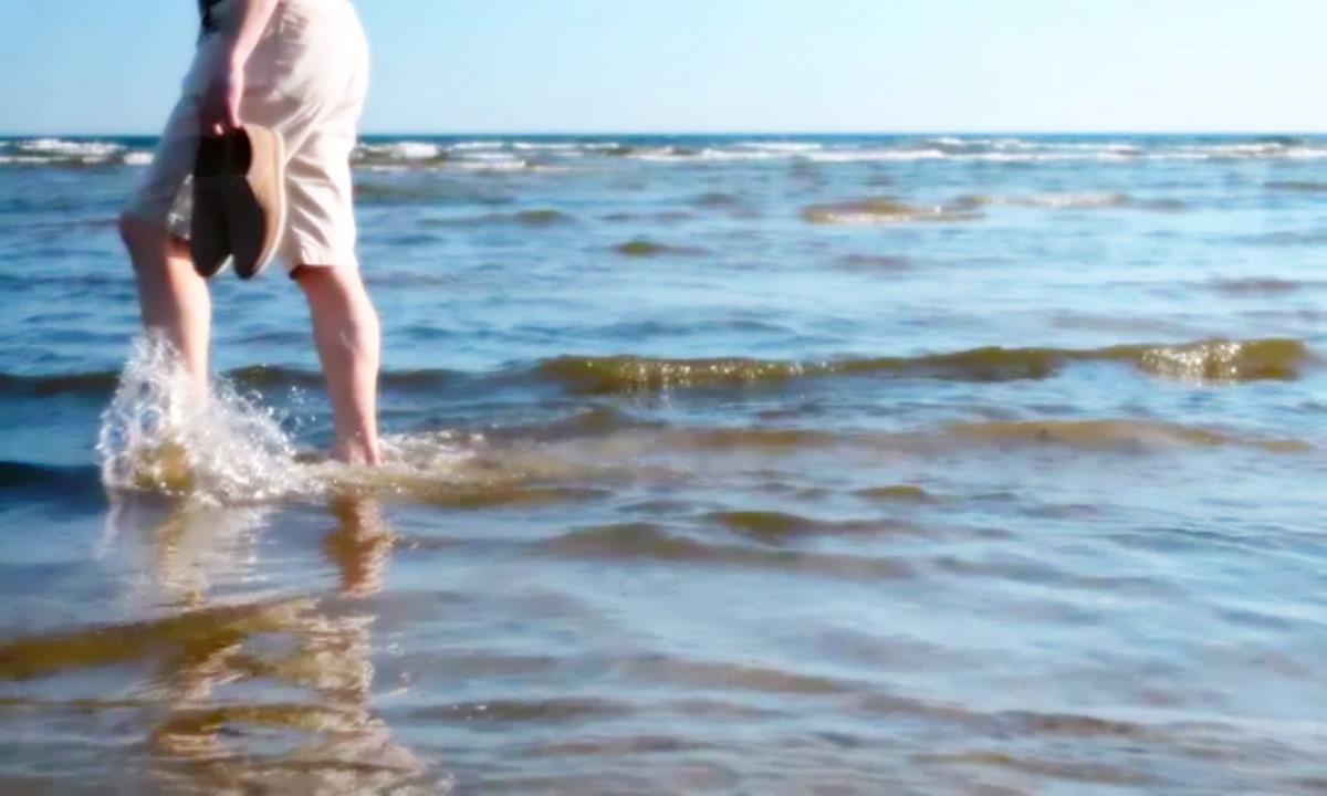 Camminare nel mare alle prime ore del mattino fa bene alla mente ed al corpo: scarica la tensione, tonifica i muscoli e migliora la circolazione