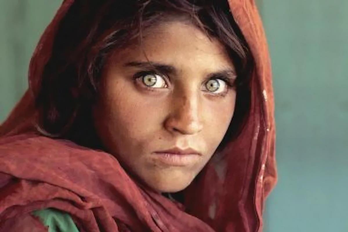 """La ragazza afghana della cover National Geographic, storia di Sharbat Gula, """"fiore d'acqua dolce"""""""