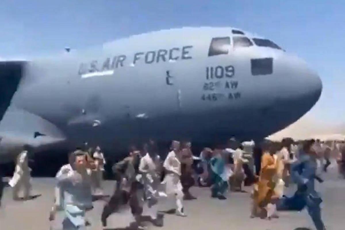 Chi può cerca di fuggire da Kabul... in ogni modo
