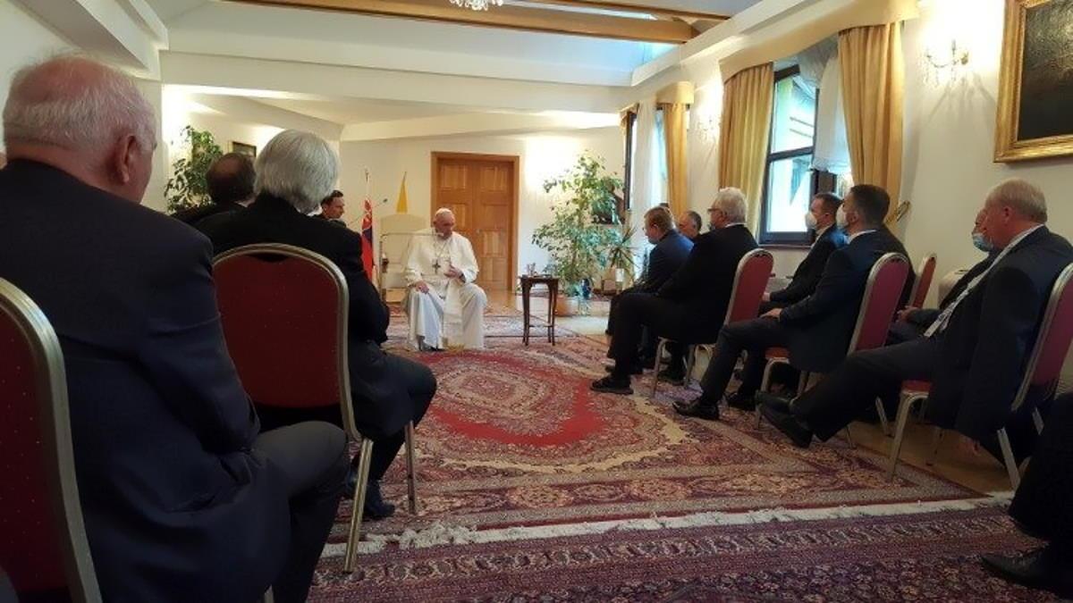 Papa Francesco ai gesuiti slovacchi: «Ancora vivo. Nonostante alcuni mi volessero morto. Preparavano il conclave.Pazienza! Grazie a Dio, sto bene»