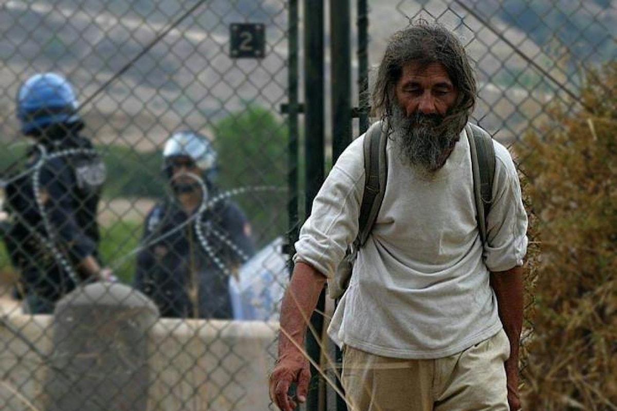 I No Muos protestano davanti al carcere di Gela contro la reclusione di Turi Vaccaro