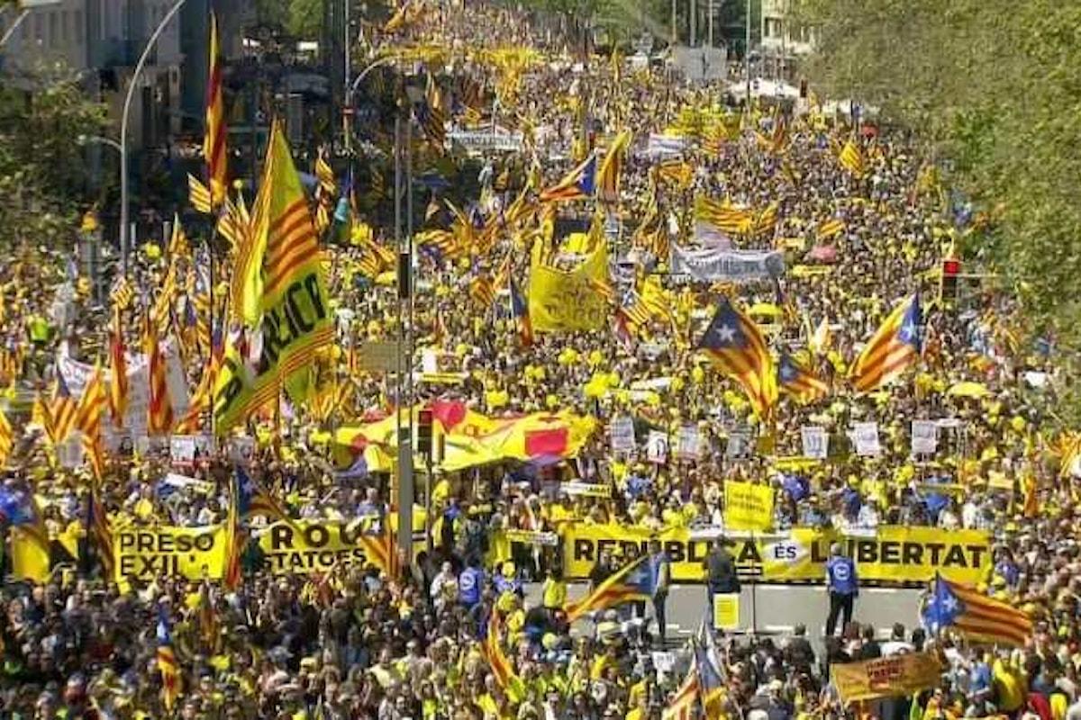 A Barcellona una folla enorme di catalani ha manifestato per chiedere la libertà per i politici in carcere ed il ritorno degli esuli