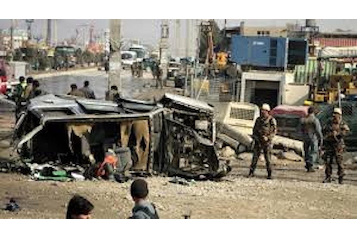 Afghanistan, attacco dei talebani a base militare: più di 140 i morti