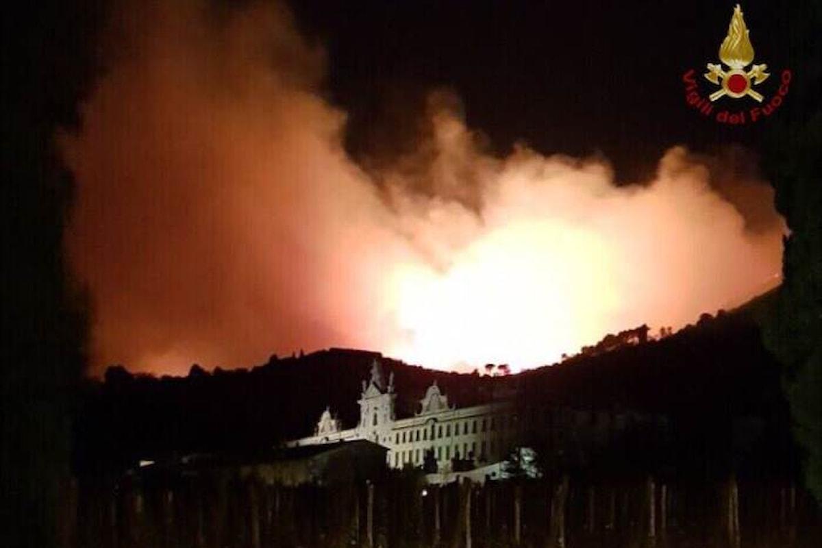 Un vasto incendio brucia centinaia di ettari alle pendici del Monte Serra tra Calci e Vicopisano