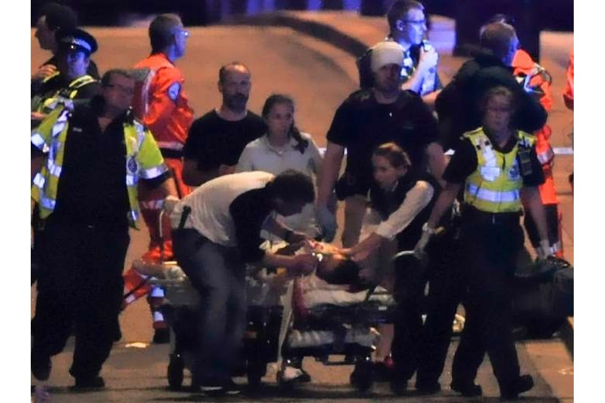 L'attacco a Londra. Sparati 50 colpi per fermare i terroristi. I londinesi si sono difesi con sedie e bottiglie