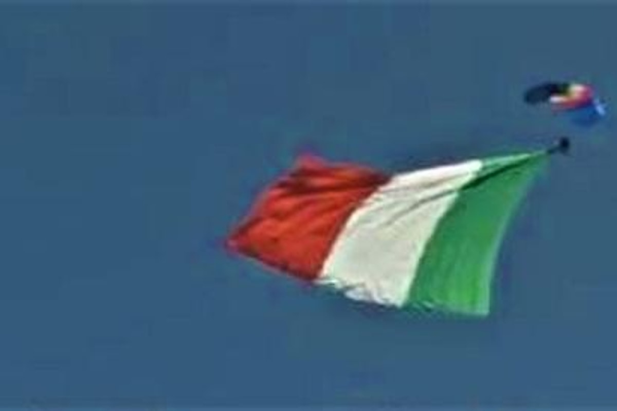 Roma, alla festa del 2 giugno l'atterraggio impeccabile del parà davanti a Mattarella