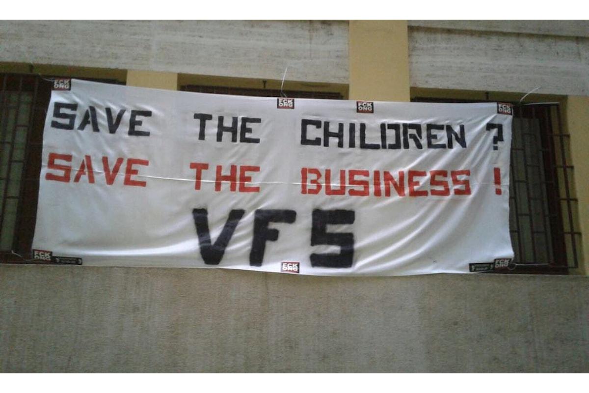 Atto dimostrativo contro Save the Children per il suo impegno a favore dei minori migranti