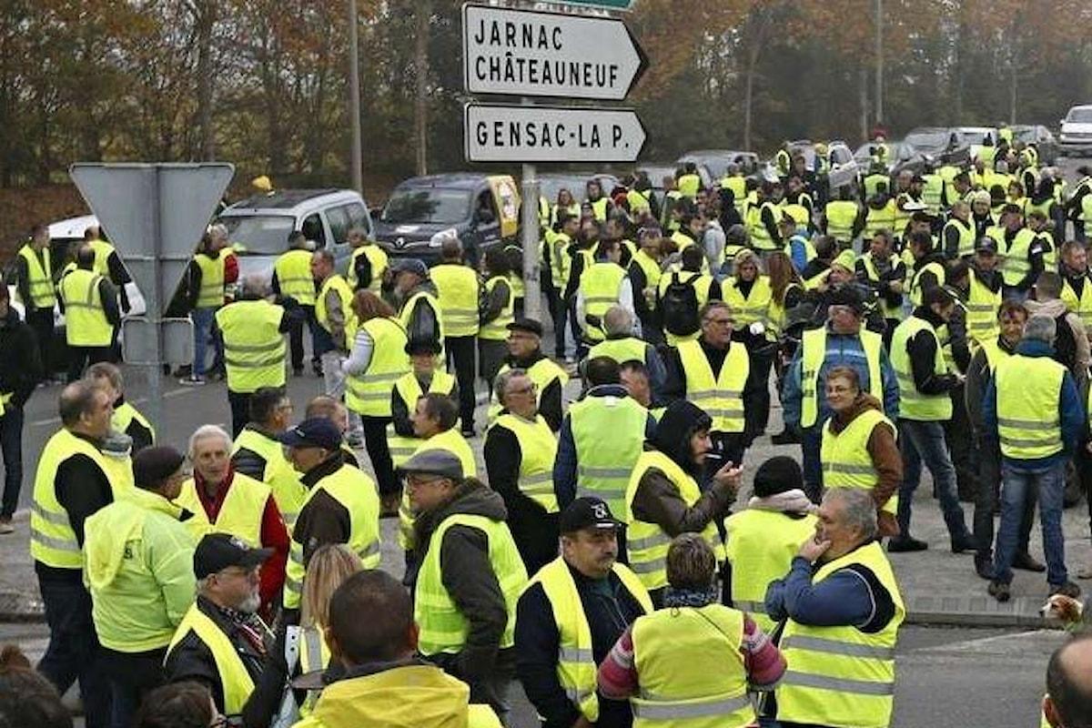 Anche lunedì i gilets jaunes scendono in strada e bloccano le vie d'accesso ai depositi di carburante