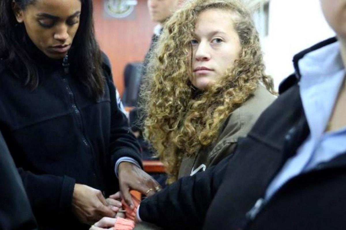 Israele vuole condannare con anni di carcere la sedicenne che ha schiaffeggiato due soldati israeliani