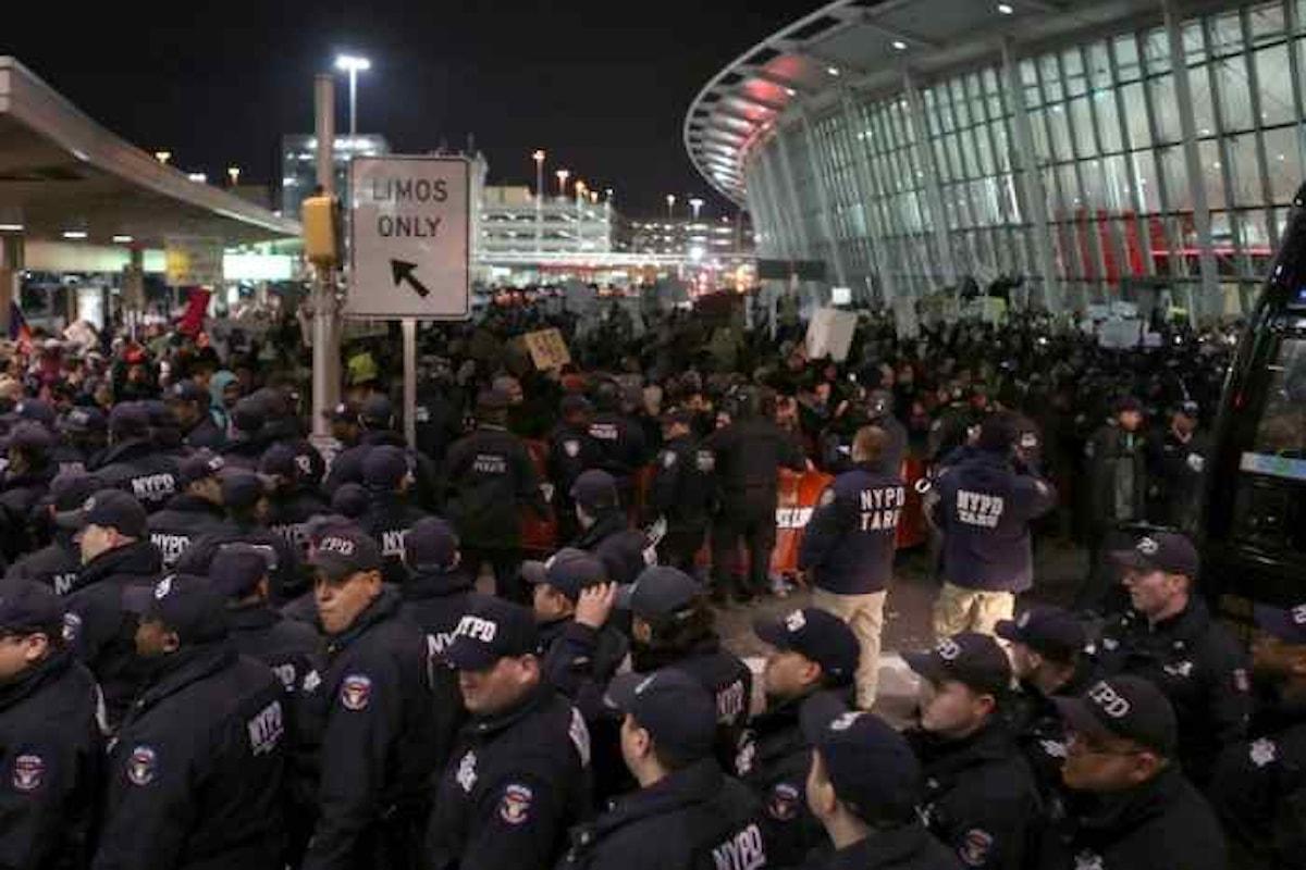 Il caos negli aeroporti dopo le direttive di Trump sulle limitazioni di accesso negli Stati Uniti