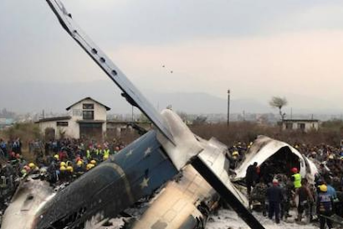 Incidente aereo in Nepal: un aereo si è schiantato nell'aeroporto di Kathmandu, almeno 50 vittime