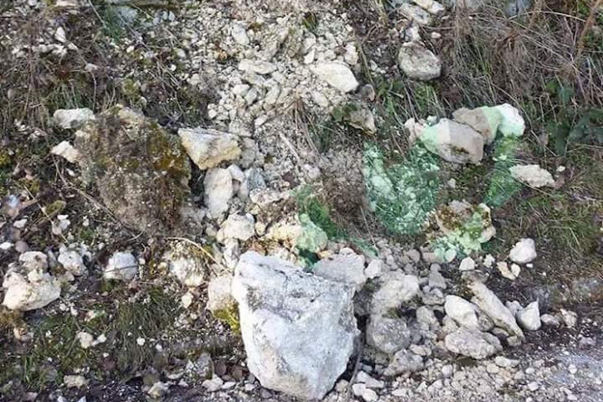 Camerota (SA): cadono sassi dal costone roccioso