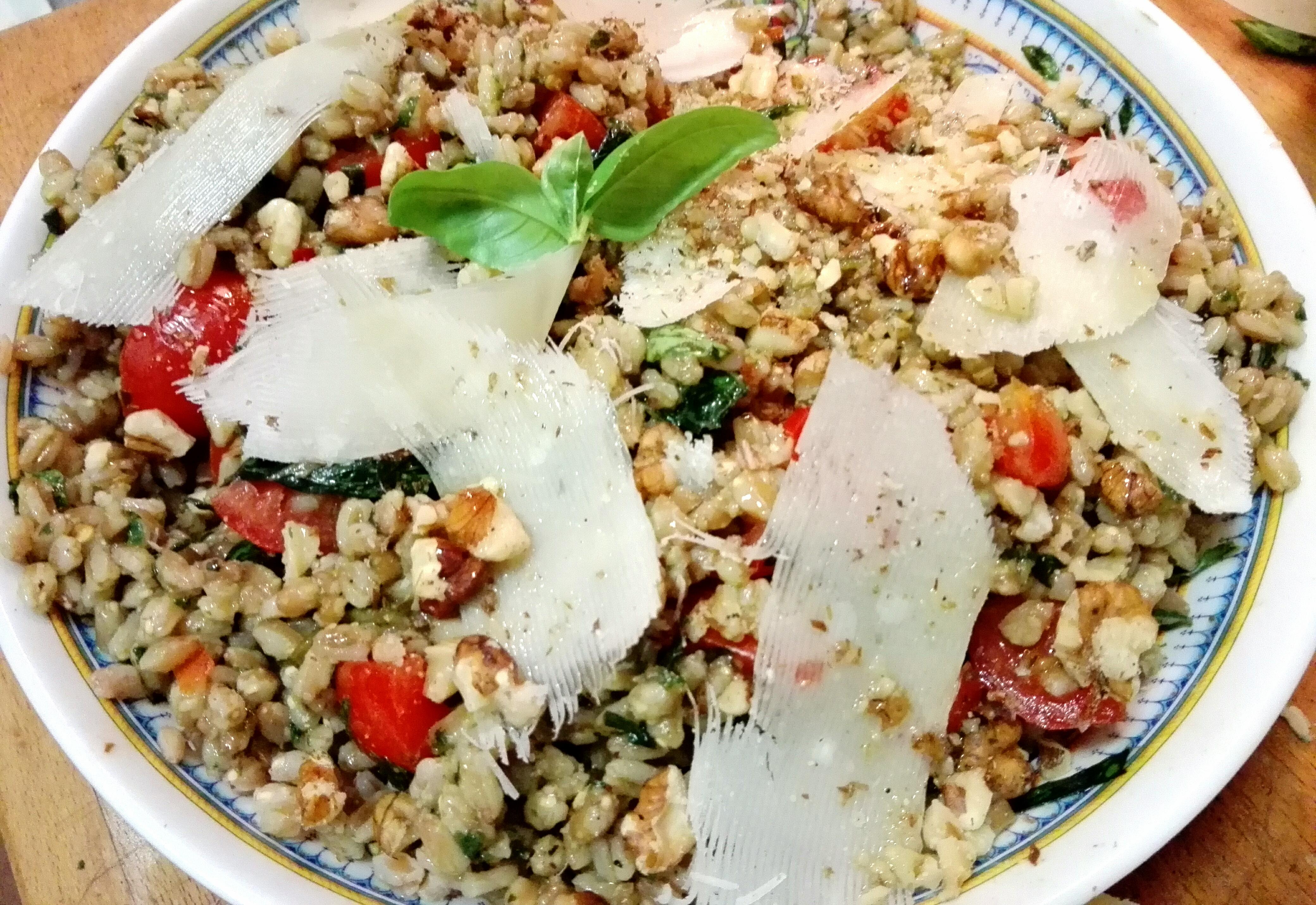 Primo estivo per Ferragosto: insalata di farro con pesto e noci