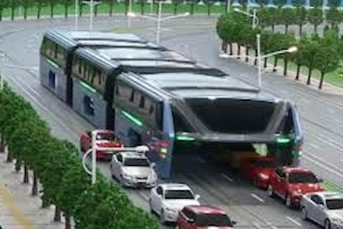 Bus innalzati da terra per risolvere i problemi di traffico in Cina